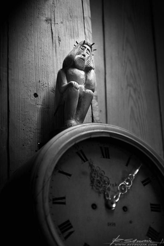 Zakopane. Dziewiętnastowieczny drewniany Kościół Matki Boskiej Częstochowskiej i Św. Klemensa. Figurka Jezusa trzymająca pieczę nad upływem czasu.